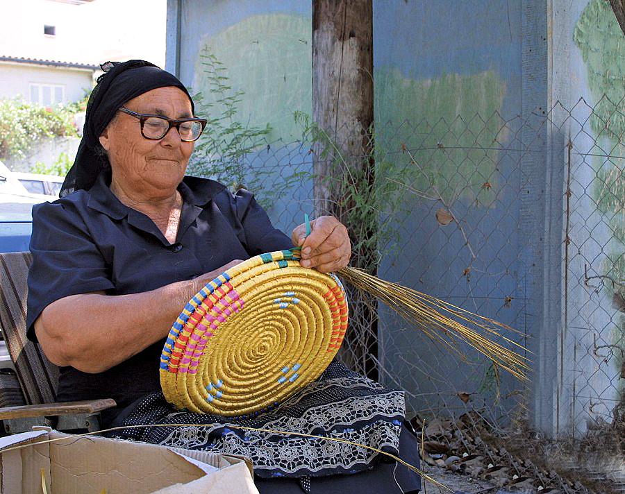 Плетение корзин в деревне Лиопетри