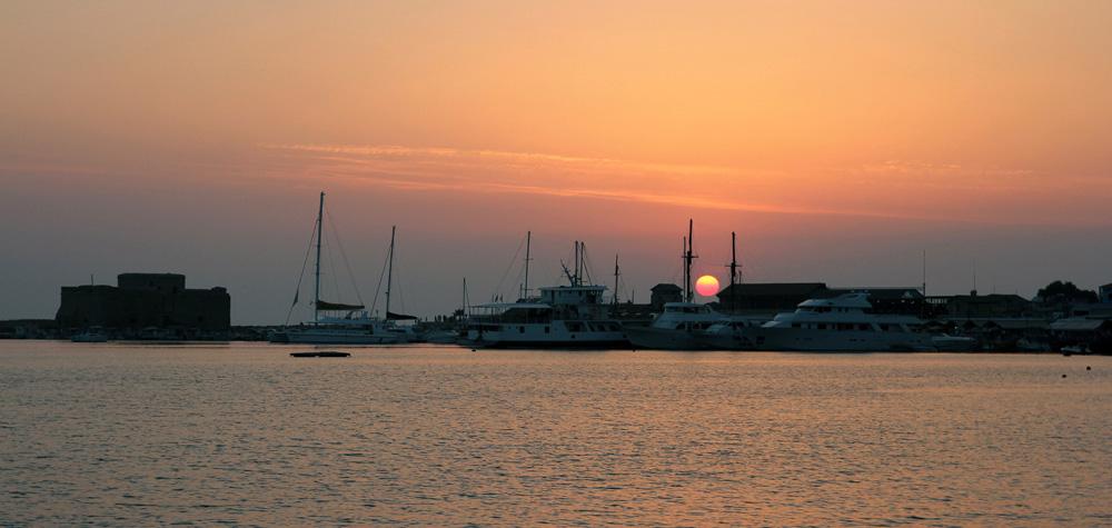 Закат в старом порту Пафоса