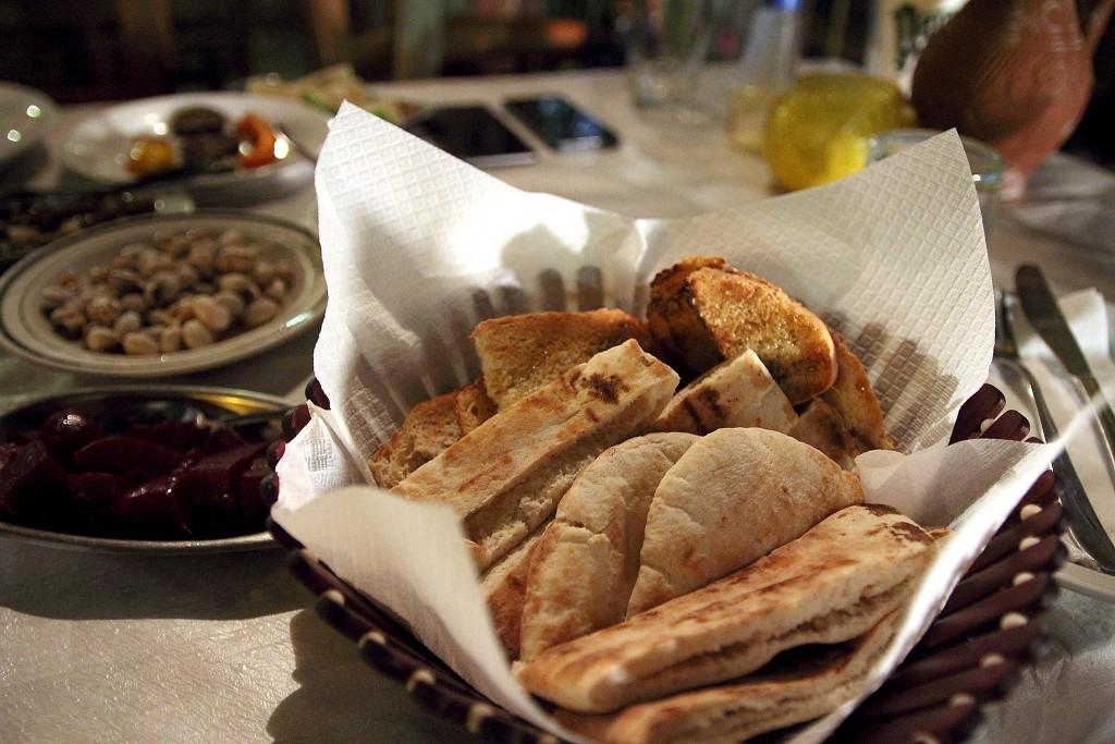 Хлеб в таверне Skourouvinos