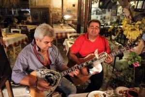 Музыканты в таверне Skourouvinos