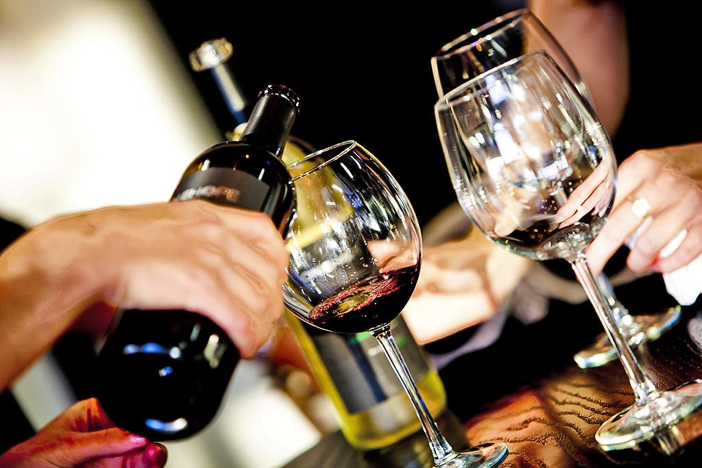 Картинка с вином и бокалами за столом, прикольные картинки