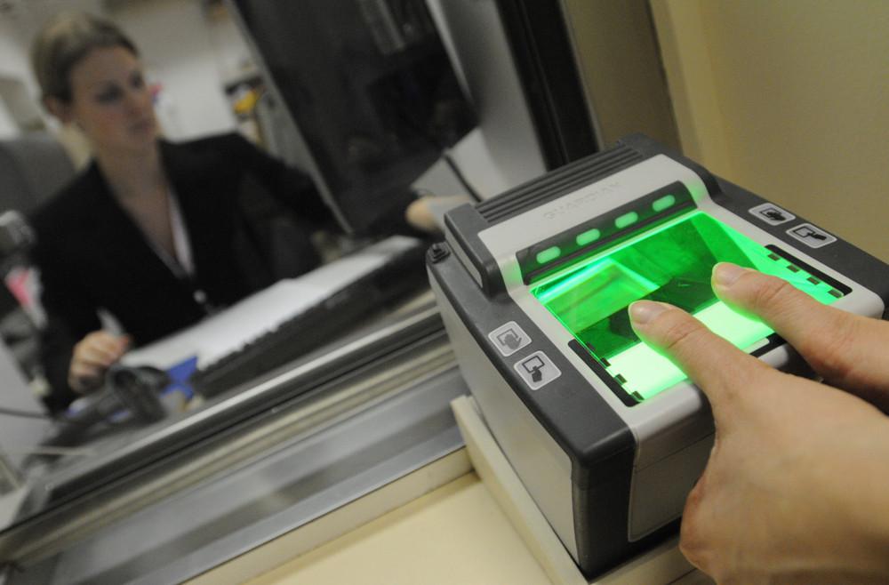 ITAR-TASS 158: MOSCOW, RUSSIA. DECEMBER 9. U.S. Consulate collects electronic fingerprints for all 10 fingers from a visa applicant. (Photo ITAR-TASS/ Alexei Filippov)  158. Ðîññèÿ. Ìîñêâà. 9 äåêàáðÿ. Ñíÿòèå îòïå÷àòêîâ ïàëüöåâ äëÿ ïîëó÷åíèÿ âèçû â Êîíñóëüñêîì Îòäåëå Ïîñîëüñòâà ÑØÀ. Ôîòî ÈÒÀÐ-ÒÀÑÑ/ Àëåêñåé Ôèëèïïîâ