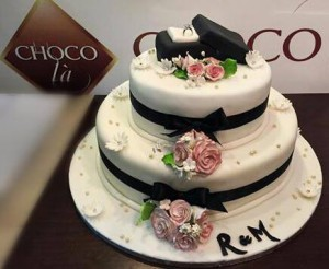 Choco Là wedding cake ring on the top