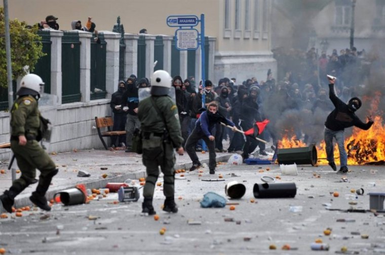 Столкновения между полицией и протестующими