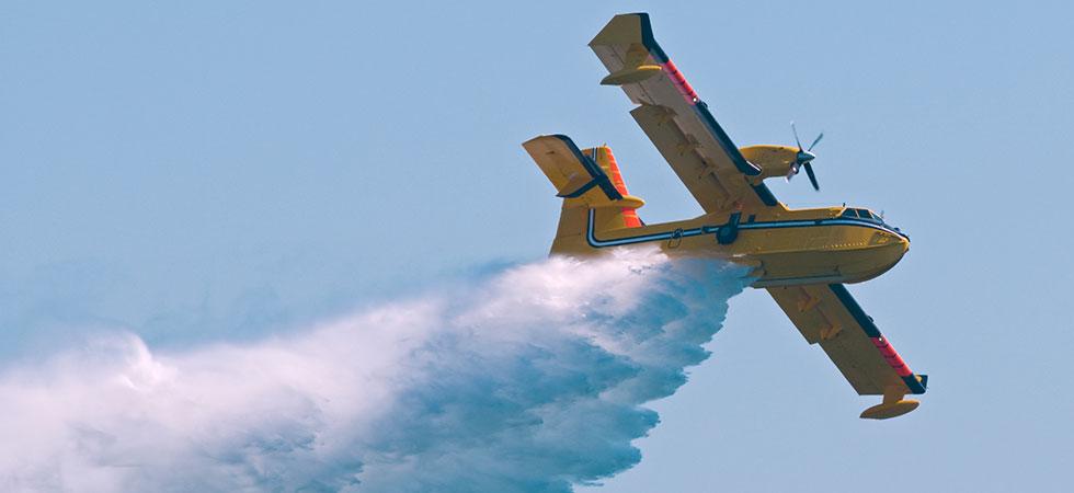 Греческий самолет тушит пожар