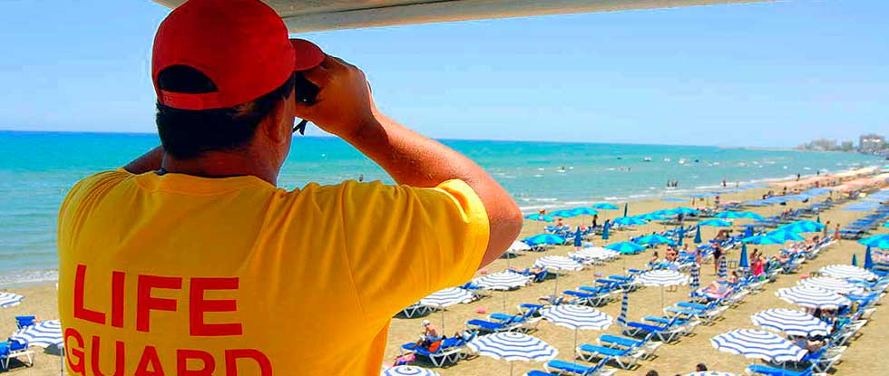 Спасатель на пляже Кипра