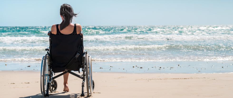 Девушка в инвалидном кресле