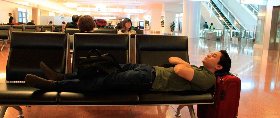 Человек спит в аэропорту