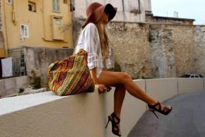 Девушка с сумкой-шоппер
