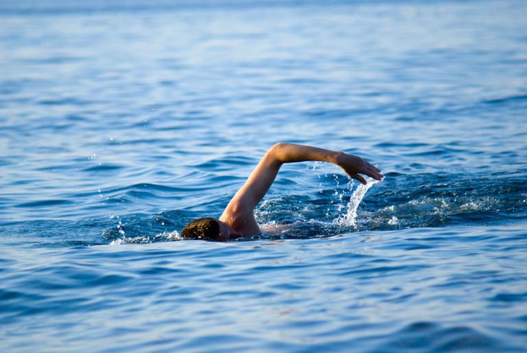 Море идти по берегу, пляжу - дорога; смотреть на море - вести из далека; плыть на пароходе - важные перемены; синяя вода, голубая - встреча; плавать в море - исполнение желаний.